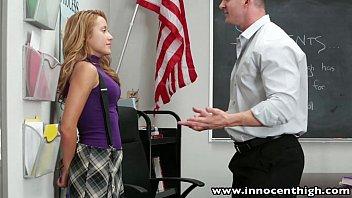 Миниатюрная студентка перед учителем мастурбирует себя вибратором и имеет страпон