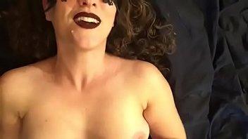 Секретарша извратила начальницу и устроила ей достойный вагинальный фистинг