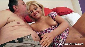 Бойфренд вдул рыжей девчонке в дырку на кожаном диване