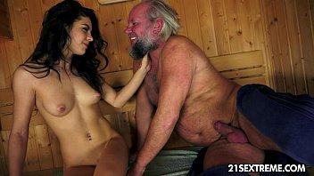 Шлюха с огромной попкой просит массажиста успокоить её мышцы и оттрахать её в дырочку