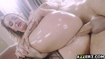 Созрелая блондиночка трахает шмоньку шикарными дилдо