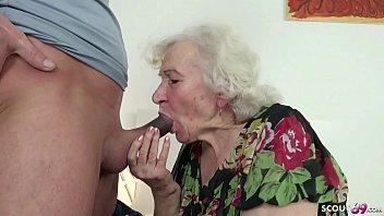 Старая тетка мастурбирует огромный писюн патлатого первокурсника ручками