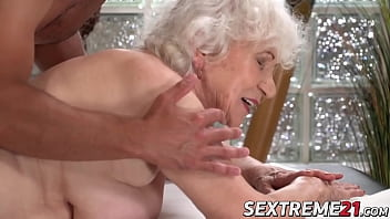 Одна женщина смотрит на секс своей подруги с пареньком