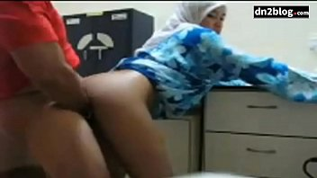 Озабоченный молодой начальник занимается сексом с секретаршей в нейлоновых чулочках