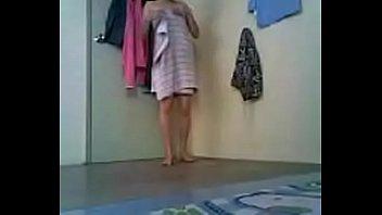 Лесбиянка лижет мокрую дырку матушки в сверхестетственной спальне