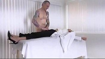 Пожилая леди с крупный грудью облизывает пенис факера в гостиной