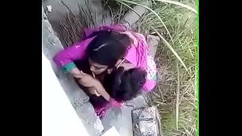 Спортивные телки записывают с саму себя лосины и пользуются секс приспособлениями во дворе