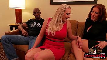 Шикарная девушка делит фаллос родного мужчины с невероятной мачехой