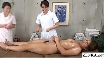 Джина в чулочках в сетку мастурбирует шмоньку перед вебкамерой