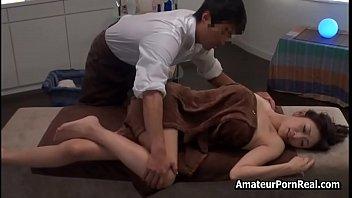 Муж трахает супругу в темных нейлоновых чулочках, когда та встает рачком на кровати