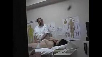 Мамуля в темных колготках занимается вагинально-анальным фистингом с татуированным приятелем
