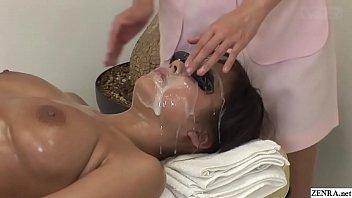 Темноволосая девчонка в масле жарится с массажистом в салоне
