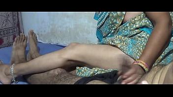 Первокурсница на солнечном пляже дрочит мохнатку