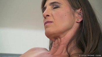 Молодая девушка впервые захотела анала и уговорила молодого человека чпокнуть саму себя в жопу