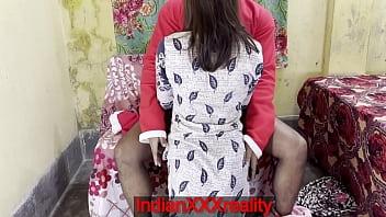 Молодая малышка практикует фейсситтинг со зрелкой на тряпичном диванчике