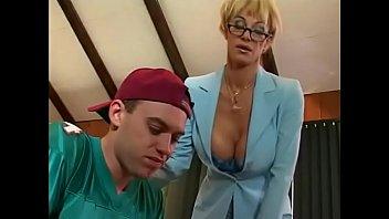 Опытный партнер дерет во влагалище темнокожую девчушку с огромный задницей